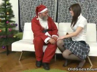 Senas santa clause gives jaunas paauglys a gift