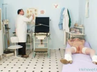 Berambut pirang perempuan tua multiple squirting selama sebuah gyno checkup