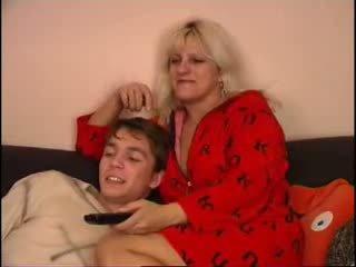 Mama in sin gledanje tv na kavč