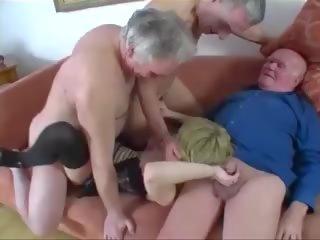 Νέος κορίτσι πατήσαμε με ένα ομάδα του γριά men, πορνό 61