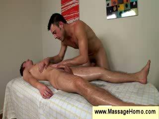 Gay uses su stiff rabo como un masaje juguete