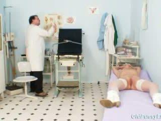 Biondo nonnina multiple squirting durante un gyno checkup