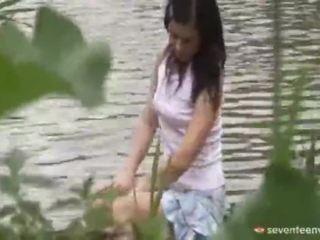 Правової вік teenagerage дівчина усередині the човен