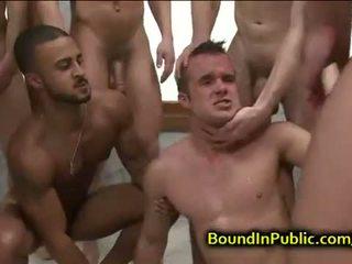 Gebonden homo gezicht covered in sperma in publiek