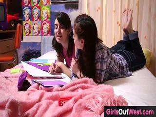 Harig lesbisch cuties neuken gedurende lesson van frans