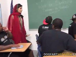 Nadia ali learns til håndtere en bunch av svart cocks