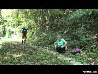 Закръглени бабичка takes dicking в на гора