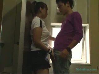 アジアの 女の子 で トレーニング ドレス 吸い コック licked と fingered ファック から 後ろ で ザ· toilette
