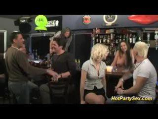 Ξανθός/ιά με πλούσιο στήθος πόρνη είναι ο κύριος attraction του ο μπαρ