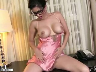 Sunny leone: sensueel brunette sunny leone wears sexy lingerie