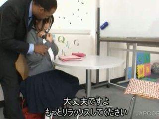 Japansk skolejente gave handjob
