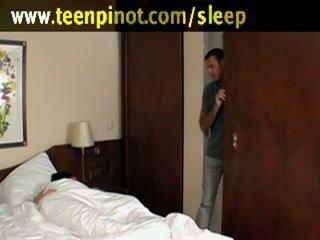 Vajzë fucked ndërsa duke fjetur