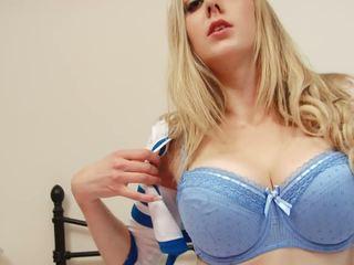 Krāšņa blondīne čirlīderi strips līdz izstāde viņai milzīgs bumbulīši