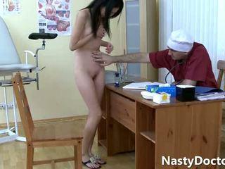 古い gynecologist と a かわいい アジアの ティーン