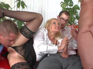 Seksi blondie cries sebagai dia bisa tidak tolerate itu seks dengan banyak pria
