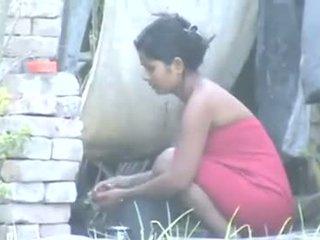 Indisch dorp meisje baden outdoors
