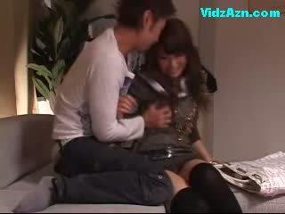 Chutné dievča getting ju prsia rubbed pička licked fingered na the gauč