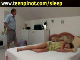 Slapen babe geneukt door senior