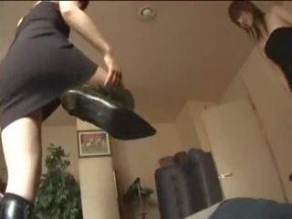 Two japoneze vajzat në çizme kicking një skllav