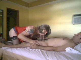 Mengisap dan hubungan intim motions dengan sebuah crossdresser