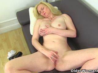 Groot titted milf fiona is pleasuring haar pantyhosed clit
