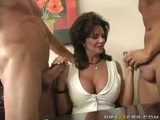 Breasty milf deauxma engulfing em 2 grande difícil boner
