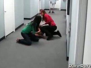 Uzbudinātas koledža tīņi ieraksts viņu mežonīga sekss ballīte