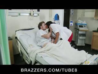 Rondborstig brunette verpleegster lezley zen helps haar patients voelen beter