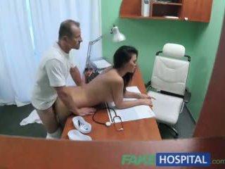 Fakehospital doctor fucks porno actriz encima escritorio en privado clinic