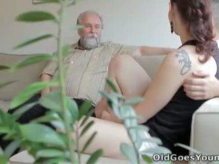 Ilona और उसकी आदमी are sharing एक अच्छा समय कब वह invites उसके पुराने दोस्त ओवर
