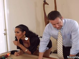 Latina beauty fucks guy op zwembad tafel