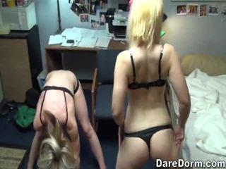 Two mooi meisjes being stupid en over naar hebben de geest cocksucking trio.