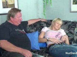 脂肪 stepdad 抓 他的 步 女儿 和 他妈的 她的 的阴户 - 更多 上 hotcamgirls24.com
