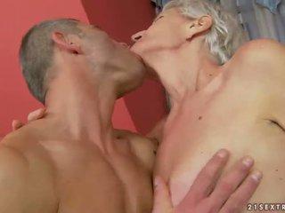 Vovó enjoys porca sexo com jovem homem