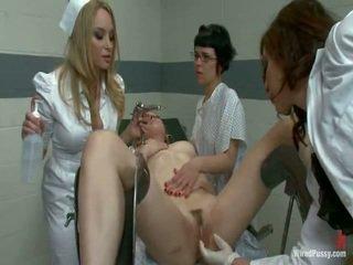 Two smutsiga pussys har strapped till en gyno stol och bumped av deras lesbie doctors