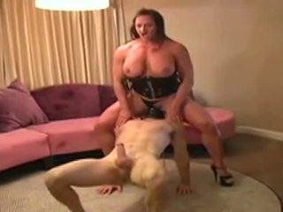 Female bodybuilder dominates mann og gives ham blowjob