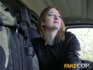 Fake policial quente ginger gets fodido em cops van