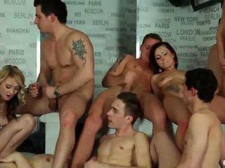 Bisexuální orgie cumshots