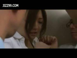 Beauty zyrë zonjë derdhje e shumfishtë në fytyrë marrjenëgojë në elevator