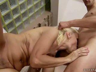 Heet oma enjoys seks met younger man