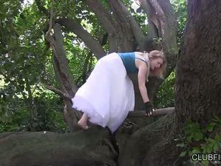 Madison mladý masturbovanie barefoot v the woods