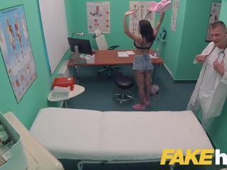 Fake ziekenhuis tattooed hottie squirts en orgasms: porno c0