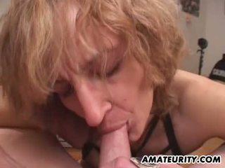 Amateur mam gives pijpen met cumshot in mond