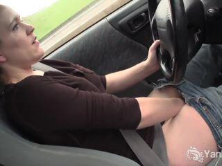 Sexy lou driving a rubbing ji mokrý kočička
