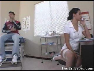 Secy ápolónő treats neki beteg