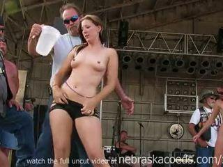 华丽 骑自行车的人 小鸡 getting fully 裸体 在 iowa 湿 tshirt 竞赛