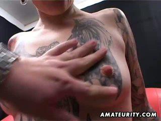 Tattooed amateur milf thuis pijpen met cumshot
