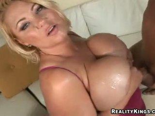 Samantha 38g wanks jock với cô ấy to oiled lên juggs
