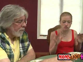 Milf stroks en unge kuk henhold den bord