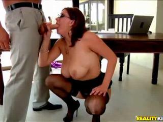 Krūtainas boss uz pov